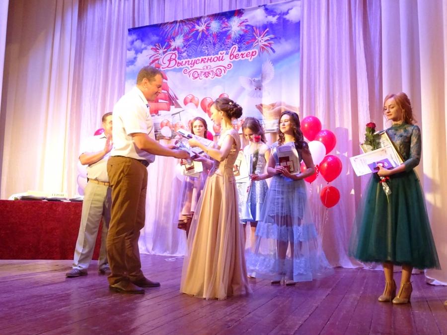 Выпускники принимают поздравления и награды