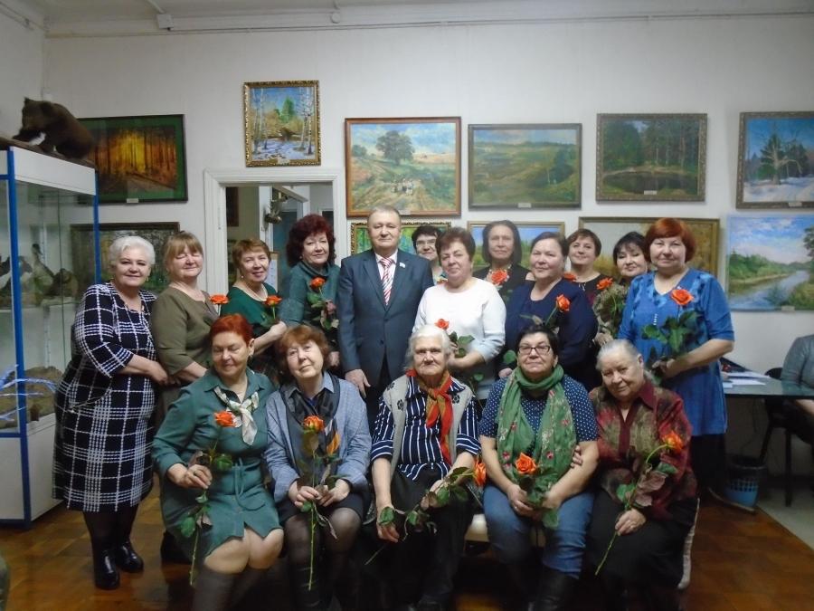 Женщины-ветераны принимают поздравления